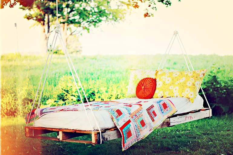 DIY-Pallet-Swing-Bed-The-Merrythought-