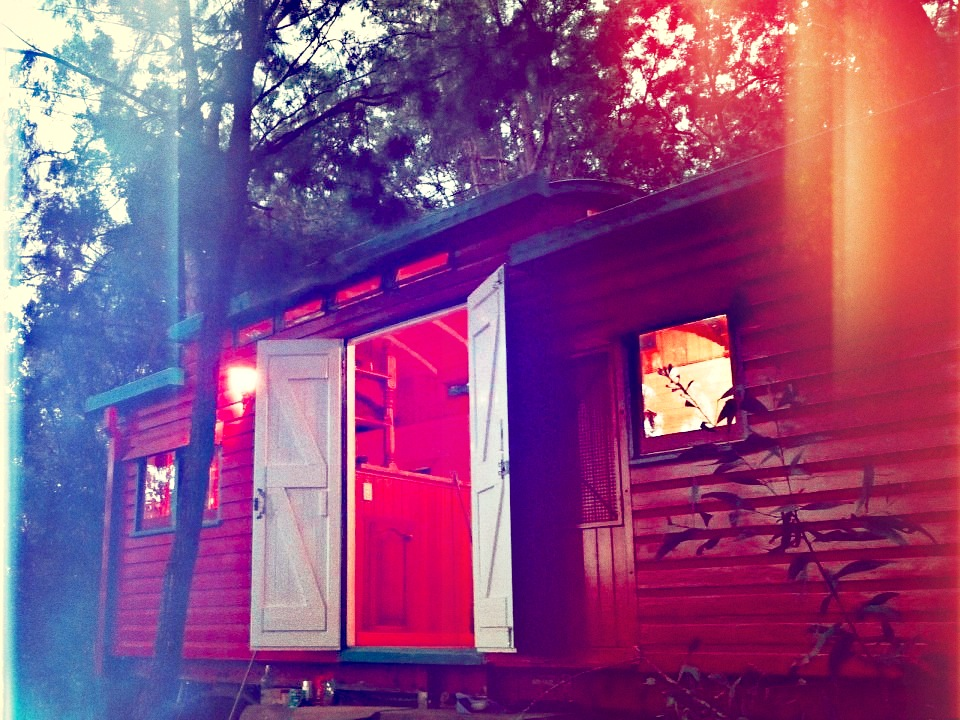 matthew-de-boer-train-carriage-exterior8-via-smallhousebliss